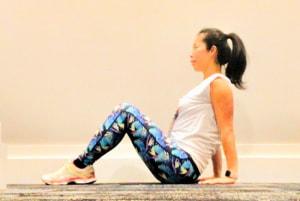 ひざを曲げてお腹に力をいれ、背筋を伸ばしてお尻をついて座ります。目線は、遠くを見るようにしましょう