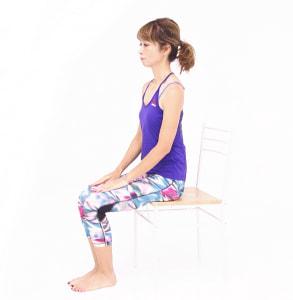 イスに浅めに座り、深い呼吸を数回繰り返して肩周りの力を抜きましょう