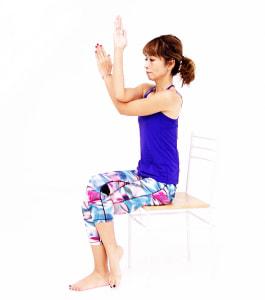 肘を曲げ胸の前で右肘が上になるように腕を重ねます