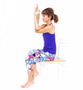 手の甲をつける、手首をつかむ、手のひらを合わせるなどして、しっかり肘をかせねてはなれないように形をつくります