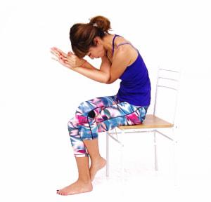ゆっくり息を吐きながら、両肘をおへそに近づけるように上体を倒します。そのまま1分ホールドします。首から背中、腰が気持ちよく伸びてほぐされていく感覚をゆっくり味わってください