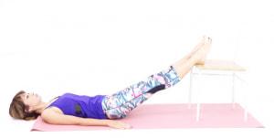 イスに両足を乗せて、吐く息とともにドローイング(お腹を腰に引き寄せる)をします。床についている腰と床との間をつぶすイメージで行なってください