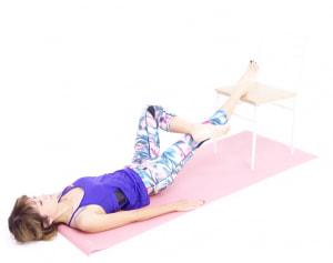 (1)と(2)の動作になれてきたら、左ひざを曲げて四の字をつくります。この時、股関節や鼠径部を開いて下半身の流れをよくするように呼吸を数回繰り返しましょう