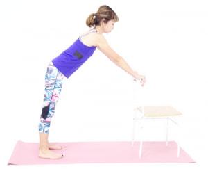 イスの背をつかみ、背中が伸びる位置を確認してから足の位置を決めてください