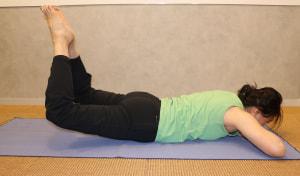 足をアップし、10秒キープします。これを5回繰り返します。ゆっくりと深く呼吸をし、呼吸を止めずに行いましょう