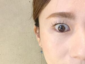 おでこの筋肉を使わずに目もとの筋肉だけで上の白目をぱっちりと開けるトレーニング方法