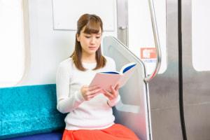 電車やバスに座っている時に、傘をひざの間に挟むだけです
