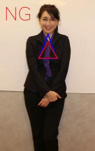 肩が前に来ているために、あごと左右のバストを結ぶ三角形がタテにつぶれています