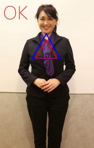 あごとバストを結ぶ大きな三角形の中に鎖骨の間を頂点とする小さな三角形が納まり、美しい姿勢をつくっています