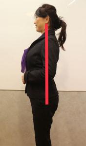 左右の肩と耳の位置が一直線上にあるように首を引き上げます。この時、首の筋肉を使って頭を上に押し上げるようにします