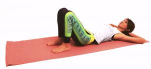仰向けになって両手を頭の下にそえ、両ひざを立てます。吐く息とともに腰と床の間のスペースをなくすように、ドローイング(お腹を腰に引き寄せる)をします
