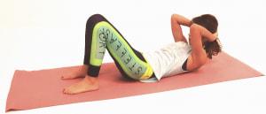 吐く息とともに上体を床からはなし、肘を太もも方向に近づけるイメージでお腹をギューッと縮めます。この時、下腹から上体を起こしましょう