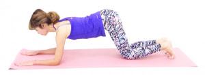 両肘の真上に肩がくるように、手のひらを床につけます(肘は、肩幅を目安にしてください)。両脇腹が伸びる位置にひざをつけ、お腹を常に腰に引き寄せた状態(ドローイング)をキープしてください