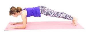 そのまま両ひざを床からはなします。両肘で床を押し、かかとは後ろに押し出して身体をまっすぐ伸ばします