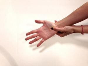 手のひらの中央、やや手首寄りをギューっと10回ほど押して刺激します