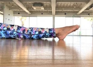 息を吸ってゆっくり息を吐きながら、足のつま先をグッと遠くに伸ばすように向けてスネや足の甲を伸ばします。