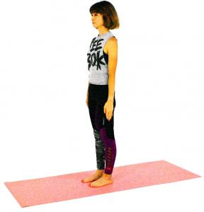 山のポーズをとります。足裏4点(親指の付け根、そこから伸びたかかと&小指の付け根、そこから伸びたかかと)に体重を均等に乗せて土台を安定させます。あごは軽く引き、吐く息とともにドローイング(お腹を腰に引き寄せる)をします
