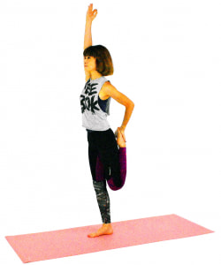 左ひざを曲げて足首をつかみ、左太もも前側を伸ばします。右手を上にまっすぐ伸ばして5呼吸ほどゆっくり呼吸を繰り返しバランスをキープしましょう。