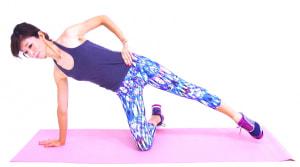 右手を肩の真下に置き、右ひざを床につけて左足をまっすぐ伸ばします。この時、おへそが正面に向くように、吐く息とともにドローイング(お腹を腰に引き寄せる)をして背骨を伸ばします
