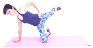 さらにそのまま真後ろにかかとを押し出し、左足をまっすぐ伸ばします