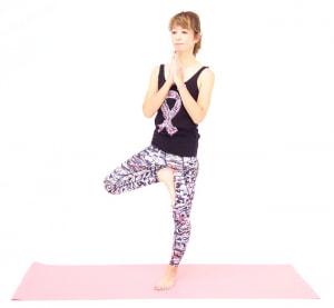 そのまま右足を左足に乗せて、足の裏と反対の足で押し合うようにバランスを中心に集めてバランスをキープしてください。この時、ひざに足を乗せると痛める場合があるので、ひざの横はさけてください。両手を胸の前で合掌し、そのまま5呼吸します