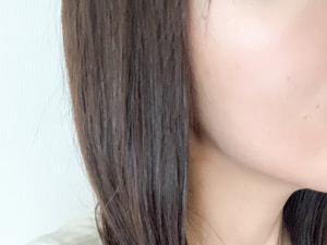 ファンデーションを使う時は、まず頬の高い部分にたっぷりとのせましょう。この部分がキレイに仕上がっていると、それだけで美肌感がアップします