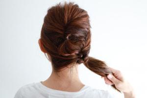 おろしている毛束をさらに一つ結びして、くるりんぱにします