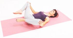両ひざをつかみ、ゆっくりと大きな円をかくように10回ほど動かします