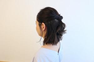 くるりんぱにしたら、毛束を少しだけ引き出します。毛束を引き出せば引きだすほどラフ感がアップするので、少しだけ抑えめに引きだすことがポイントです