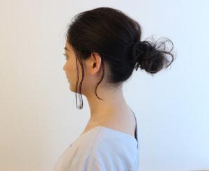 お団子にする時も、髪表面の毛束を引き出して立体感を出すことが大切です