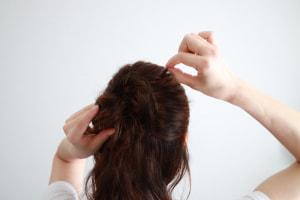 表面の髪の毛を部分的に引き出します