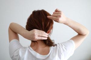 かっちりした一つ結びだと堅い印象に見えやすいので、表面をほぐしてあげましょう。1センチ感覚でほぐしてあげると、髪に立体感がでてこなれた感じにみえます