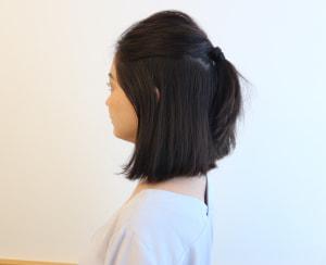 写真のようにハチより上でハーフアップにすると顔まわりの毛が増えるので、柔らかい印象になります。また、髪の毛の表面を少し引き出すことがポイントです