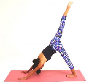 さらに、右足をけり上げるように、ひざが曲がらない位置でかかとを押し出し10呼吸キープしましょう。この時、肘が曲がらないように注意してください。ゆっくり右足を元の位置に戻し、反対側も同様に動作を繰り返しましょう