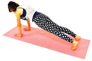 そのまま両足を後ろに伸ばし、頭の先からかかとまで一直線になるようにプランクポーズになります。この時、腰が落ちないように腹筋を使ってポーズをキープしましょう