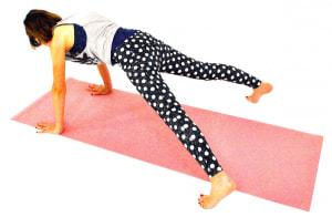 そのまま、「足を大きく開く→閉じる」を8回1セットとして繰り返します。一旦、ひざをつけて呼吸を整えてから2セット、3セットと増やしましょう。動作中はバタバタと音がしないよう、腰が落ちないように腹筋(体幹)を使って軽やかにジャンプするように足を開閉してください