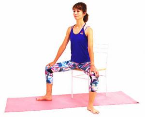 イスに浅めに座り、ひざが直角になるように足を開きます。両手はひざにそえて、あごを軽く引いて吐く息とともにドローイング状態(お腹を腰に引き寄せる)をしましょう
