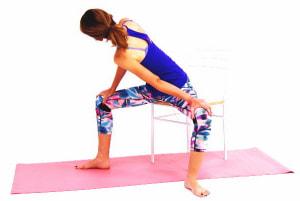 ゆっくり吐く息とともに左手でひざを抑え、目線は右ひざに向けます。ゆっくり左のお尻周辺の股関節から左腰などを伸ばします。そのまま10呼吸キープしてください