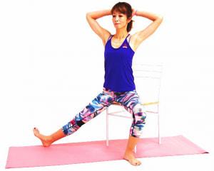 足を腰幅に戻し、右足を横に伸ばします。両手を頭の後ろにそえてドローイングします