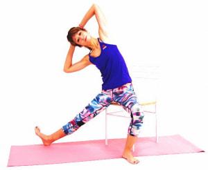 ゆっくり吐く息とともに上体を右側に倒します。そのまま10呼吸ほどキープしてください。両肘が顔の前にかぶらないように、伸びている左腰を斜め上に押し上げるイメージでお腹の筋肉を刺激しましょう