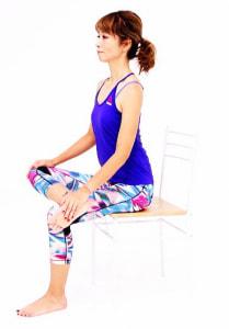 足を腰幅に戻し、右くるぶしを左ひざに乗せます。右ひざと左ひざが横一列に並ぶように、ゆっくり右手で右ひざを床方向に押しながら呼吸を深めます