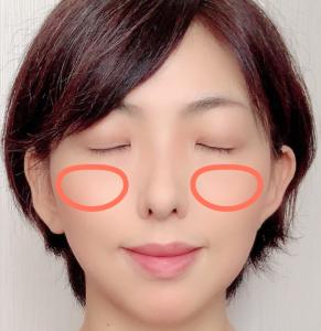 目の下から小鼻横の部分に、顔の内側を意識しながら指でチークをのせていきます。アウトラインをなじませるようにぼかしましょう