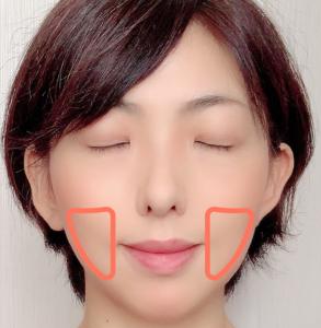 頬骨下からあごに向かって、緩やかな逆三角形にチークを入れます。気になるエラも補正できます