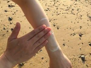 手足に塗る際は容器から直接肌へ