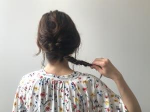 ハチ周りをハーフアップにして、くるりんぱを作ります。くるりんぱの毛先と降ろしている毛を一つ結びにし、毛先をフィッシュボーンをしていきます