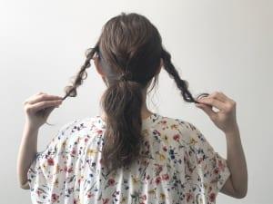 初に、ポニーテールにする部分とツイストにする部分をわけます。左右の耳を頭頂部を通してつないだラインを「イヤー トゥ イヤー」といいます。このライン下に指一本置いたくらいのところからわけるとバランスがりやすいです