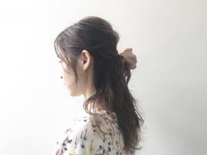 ハチ周りを三つ編みにします。ハーフアップのすぐ下に作るイメージです。三つ編みは、耳横の髪の毛(サイド)で編んでいきます。