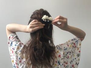両サイドの三つ編みをハーフアップと一緒にゴムで結びます。仕上げにヘアアクセサリーをつけると、ゴムを隠すことができます。