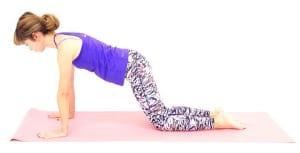 手首の真上に肩がくる位置に両手の平を床につけます。腰から約10センチほど後ろにひざをつけます。※このひざの位置を後ろに下げるほど、負荷がかかり効果も上がります。