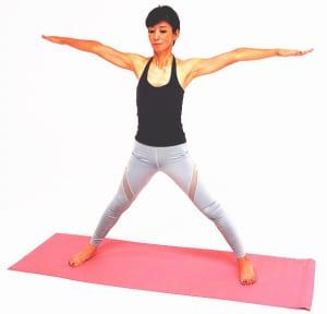 手首の真下に足首がくるように両足を大きく広げます。吸う息でお腹を腰に引き寄せ、吐く息でその状態をキープしたまま、背骨を長く伸ばしましょう
